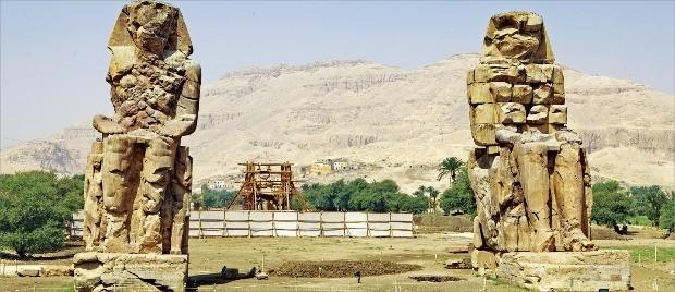 멤논의 거상. 높이가 무려 17m에 이른다.