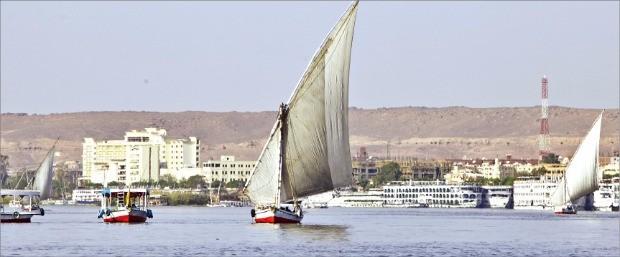 나일강을 여유롭게 오가는 돛단배 펠루카.