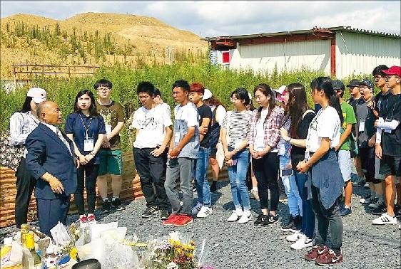 한·일 고교생들이 미나미산리쿠 쓰나미 피해 현장에서 묵념을 하고 있다.