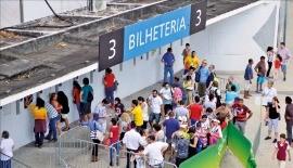 남은 표를 구하려는 리우 시민과 관광객들이 마라카낭 경기장 매표소 주변에 몰려 있다. 이관우 기자