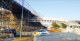 경기장이 몰려 있는 바하는 개막식을 하루 앞둔 4일(현지시간)에도 여전히 공사 중이었다. 이관우 기자