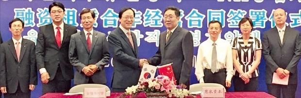 김용환 농협금융 회장(왼쪽 네 번째)과 양평루 공소그룹 회장(다섯 번째)은 지난 4일 중국 베이징에 있는 공소그룹 본사에서 합자경영 조인식을 열었다. 농협금융 제공