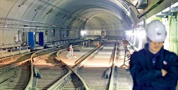 서울시와 우이~신설 경전철 사업자 간 갈등이 심해지면서 11월 말로 예정된 우이~신설선 완공 시점이 크게 늦춰질 수 있다는 우려가 나오고 있다. 신설동역 인근 터널 공사 현장. 한경DB