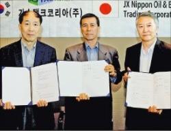 이찬휴(왼쪽)·김충호(오른쪽) 가스탱크코리아 공동대표와 마사토시 다케가와 JX무역 사장(가운데)이 수출계약 조인식을 열었다.
