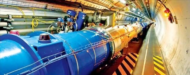 스위스와 프랑스 국경 지대에 있는 유럽입자물리연구소(CERN)의 대형 검출장치인 거대강입자가속기(LHC) 모습.