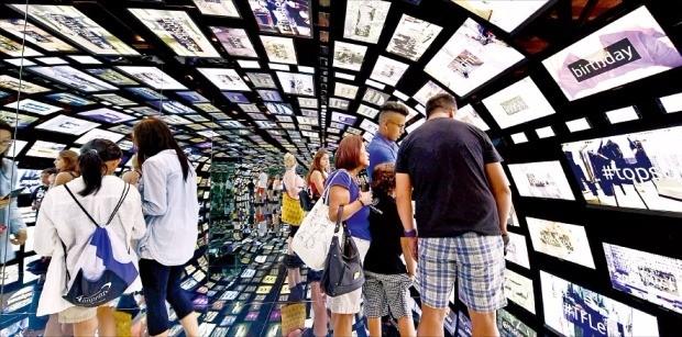 미국 뉴욕 맨해튼에 있는 삼성전자 마케팅 전시관 '삼성 837센터'에 마련된 터널형 체험공간 '소셜 갤럭시'. 삼성전자의 모바일기기 수백대를 활용해 관람객이 올린 사진과 게시물을 보여준다. 삼성전자 제공