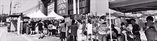 경기 화성시에 문을 연 '동탄2신도시 2차 동원로얄듀크' 모델하우스에 폭염에도 예비 청약자들이 길게 줄지어 서 있다. 동원개발 제공