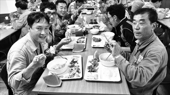 현대미포조선 직원들이 8일 울산 본사 식당에서 삼계탕과 수박 등으로 점심식사를 하고 있다. 현대미포조선 제공