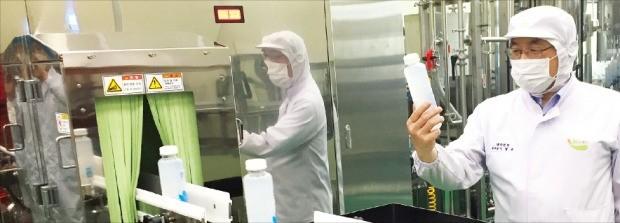 이창규 흥국F&B 생산본부장(오른쪽)이 고로쇠 수액 제품 생산공정을 점검하고 있다. 이민하 기자