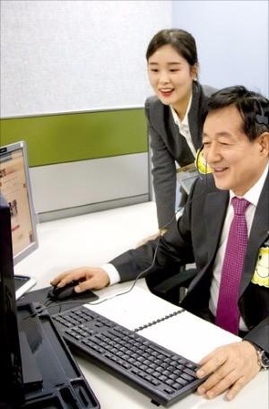 이영필 공영홈쇼핑 대표가 임직원 콜센터 체험 과정에 참여해 소비자 전화를 받고 있다. 공영홈쇼핑 제공
