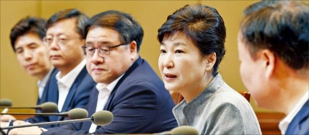 박근혜 대통령이 8일 청와대에서 수석비서관회의를 주재하고 있다. 강은구 기자 egkang@hankyung.com