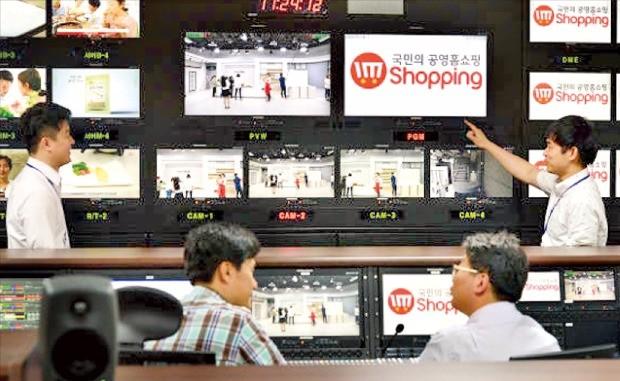 서울 상암동 디지털큐브 빌딩에 있는 공영홈쇼핑 주편성실에서 PD와 상품기획자들이 생방송 상황을 모니터링하고 있다. 공영홈쇼핑 제공