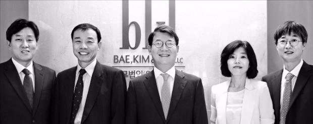 법무법인 태평양 조세팀 김필용 (왼쪽부터) 유철형 송우철 조일영 김승호 변호사. 태평양 제공
