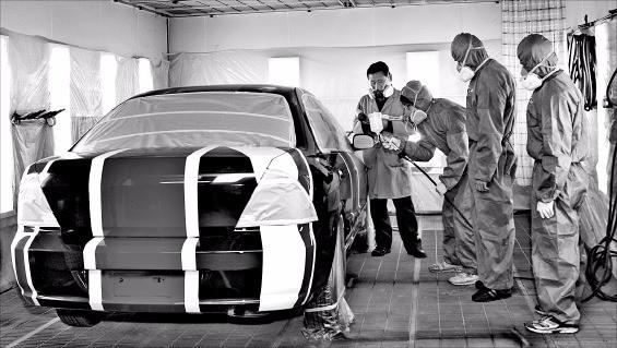 정수캠퍼스 자동차학과 학생들이 도장 실습을 하고 있다. 한국폴리텍대 제공