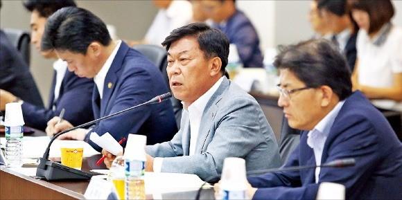 박성택 중소기업중앙회장(오른쪽 두 번째)이 업계의 제도개선 요구사항을 전달하고 있다. 중기중앙회 제공
