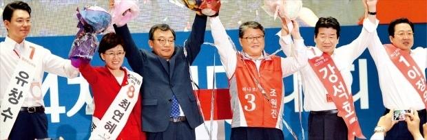 9일 열린 새누리당 전당대회에서 대표로 선출된 이정현 의원(왼쪽 세 번째)이 신임 최고위원들과 꽃다발을 들고 인사하고 있다. 왼쪽부터 유창수·최연혜 최고위원, 이 대표, 조원진·강석호·이장우 최고위원. 김범준 기자 bjk07@hankyung.com