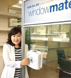이순복 알에프 대표가 유리창 청소로봇 윈도우메이트의 특징을 설명하고 있다. 이민하 기자