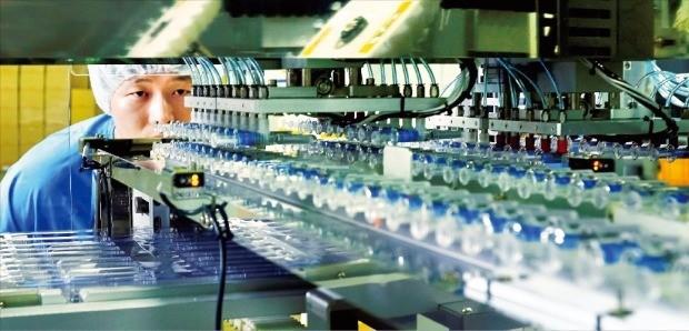 경북 안동의 SK케미칼 독감 백신 공장 '엘하우스'에서 한 직원이 독감 백신 '스카이셀플루' 생산라인을 점검하고 있다. SK케미칼 제공