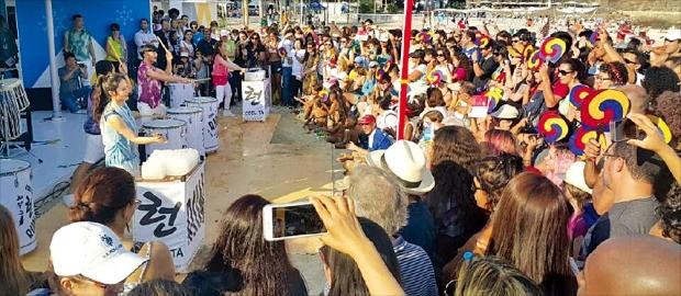리우 코파카바나 해안에 문을 연 평창동계올림픽 홍보관이 폭발적인 인기를 얻고 있다. 지난 7일 열린 개관식도 두드림 공연을 보기 위해 몰려든 한류팬으로 북새통을 이뤘다. 평창동계올림픽조직위원회 제공