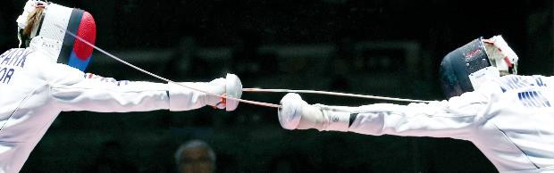 """< """"金 찌르다"""" > 리우올림픽 펜싱 남자 개인 에페 종목에서 금메달을 따낸 박상영이 10일 결승 경기에서 세계랭킹 3위 게저 임레의 빈틈을 파고들고 있다. 연합뉴스"""