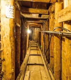 길이 약 800m의 사라예보 터널 내부 모습