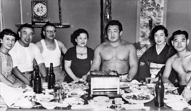 1960년 일본 오사카 '쇼쿠도엔' 식당에서 식사하고 있는 역도산(오른쪽 세 번째). 1939년 일본으로 건너간 역도산은 세계 프로레슬링 최고 스타로 군림했다. 재일한인역사자료관 제공