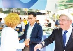 김재열 사장(가운데)이 10일 브라질 리우데자네이루 코파카바나 해변에 설치된 평창동계올림픽 홍보관에서 구닐라 린드버그 IOC 조정위원장(왼쪽)과 반갑게 인사하고 있다. 오른쪽은 토마스 바흐 IOC 위원장.  이관우 기자