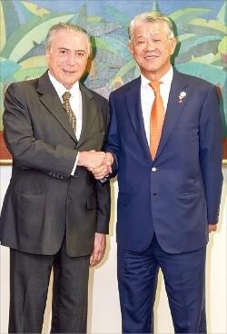 최신원 SK네트웍스 회장(오른쪽)과 미셰우 테메르 브라질 대통령 권한대행이 11일 대통령 권한대행 집무실에서 경제협력과 관련해 환담한 뒤 악수하고 있다. SK네트웍스  제공