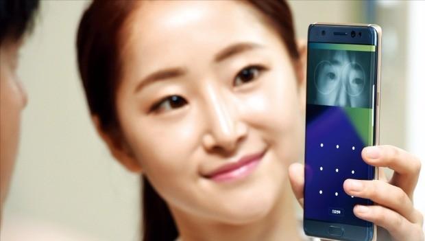 삼성전자는 11일 서울 서초동 사옥에서 미디어행사를 열어 갤럭시노트7을 국내 소비자에게 공개했다. 모델들이 홍채인식 기능을 소개하고 있다. 허문찬 기자 sweat@hankyung.com