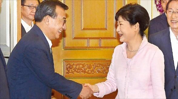 박근혜 대통령과 이정현 새누리당 대표가 11일 청와대에서 악수하고 있다. 강은구 기자 egkang@hankyung.com