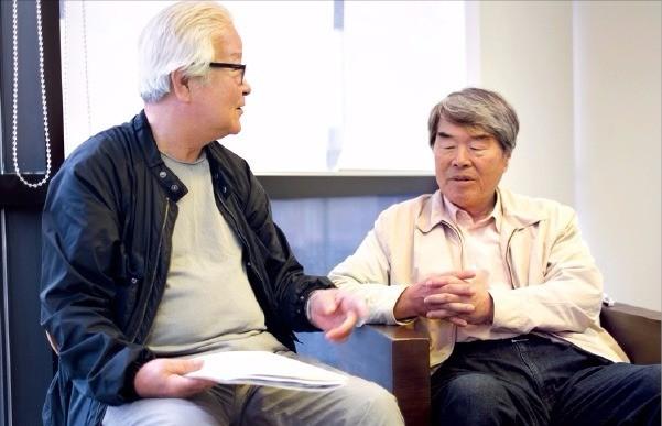 도예가 윤광조 씨(왼쪽)와 추상화가 오수환 씨가 서울 인사동 가나아트센터 전시장 응접실에서 이야기를 나누고 있다.