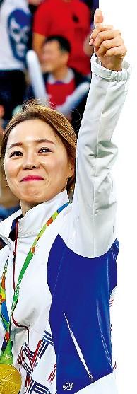 < 神弓의 미소 > 리우데자네이루올림픽 여자양궁 개인전에서 우승한 장혜진이 12일(한국시간) 브라질 리우데자네이루 삼보드로무 경기장에서 금메달을 목에 걸고 관중을 향해 엄지손가락을 들어보이고 있다. 연합뉴스