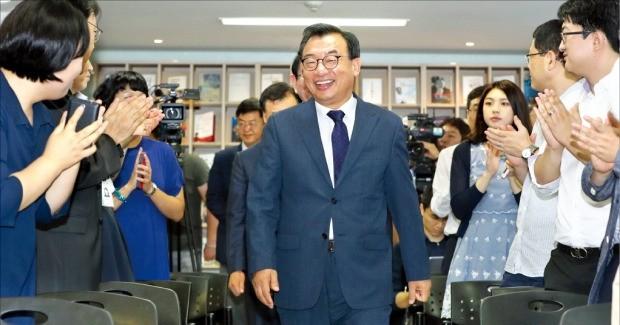 이정현 새누리당 대표가 12일 서울 여의도 당사에서 취임 후 처음으로 열린 사무처 당직자 월례조회에서 축하 박수를 받고 있다. 연합뉴스