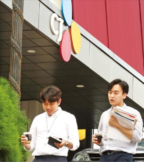 이재현 CJ그룹 회장이 광복절 특별사면 대상자로 발표된 12일 서울 남대문로에 있는 CJ그룹 본사 건물 앞을 직원들이 밝은 표정으로 걸어가고 있다. 연합뉴스