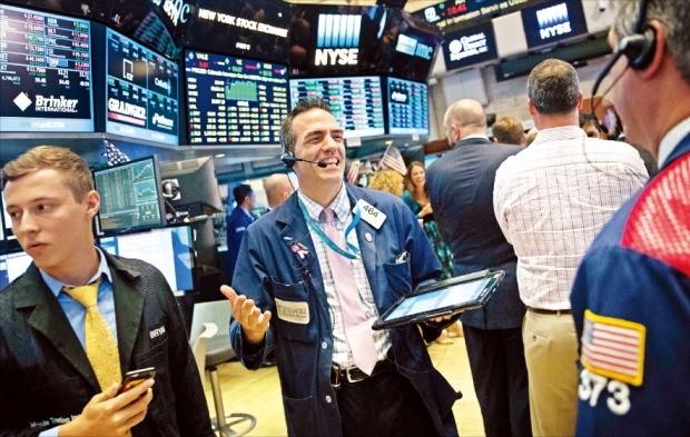 미국 투자회사 리버모어의 트레이더가 11일(현지시간) 뉴욕증권거래소(NYSE)에서 장을 마치며 활짝 웃고 있다. 이날 뉴욕증시 3대 지수(S&P500지수, 다우존스산업지수, 나스닥지수)가 17년여 만에 나란히 사상 최고치를 기록했다. 뉴욕AFP연합뉴스