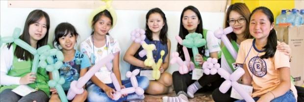고려인들이 모여사는 러시아 우수리스크 고향마을에서 고려인 5세대들이 농협재단 대학생 봉사단원들과 함께 한국의 문화를 배우며 즐거운 시간을 보내고 있다. 농협재단 제공