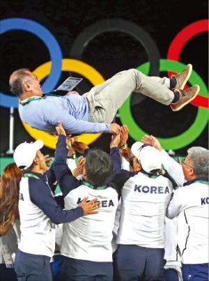 한국 양궁 대표팀 선수들이 13일(한국시간) 리우데자네이루 삼보드로무 경기장에서 정의선 대한양궁협회 회장 을 헹가래치고 있다. 연합뉴스