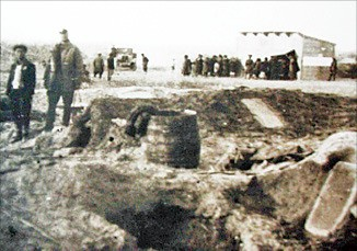 1937년 우즈베키스탄으로 강제 이주당한 고려인들이 밭 아래 땅굴을 파고 지내는 모습.