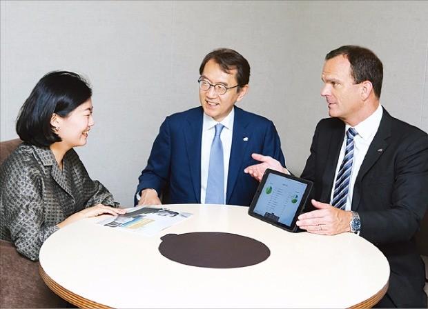박진회 한국씨티은행장(가운데)이 브렌단 카니 소비자금융그룹장(오른쪽)과 함께 종합 자산관리 상담 시스템인 TWA를 이용해 고객에게 분산 투자에 대해 설명하고 있다. 한국씨티은행 제공