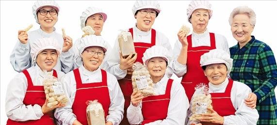 평균 나이 76세 할머니들로 구성된 백석올미영농조합 조합원들이 직접 만든 매실한과를 소개하고 있다. 백석올미영농조합 제공