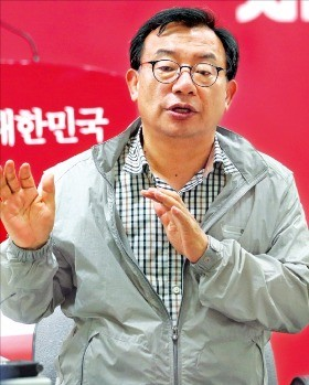 이정현 새누리당 대표가 15일 서울 여의도 당사 기자실을 방문, 간담회를 하고 있다. 연합뉴스