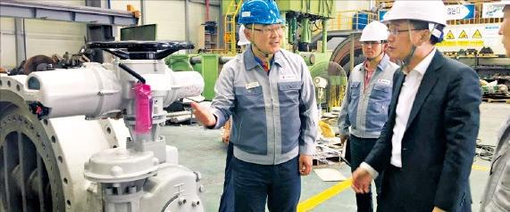 김진형 부산지방중소기업청장(오른쪽)이 부산 화정동 시퍼스파이프라인 공장을 방문해 '나비 밸브'에 대해 설명을 듣고 있다. 부산지방중소기업청 제공