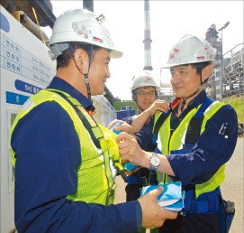 현장 작업자들이 얼음 조끼를 착용하고 있다. SK이노베이션 울산공장 제공