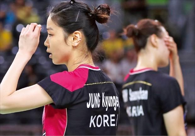 정경은(왼쪽)과 신승찬이 16일(한국시간) 브라질 리우데자네이루 리우센트루에서 열린 배드민턴 여자복식 준결승전에서 일본팀에 실점한 뒤 고개를 숙이고 있다. 연합뉴스