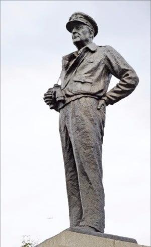 불가능에 가까웠던 인천 상륙작전을 성공으로 이끈 맥아더장군의 동상(인천 자유공원)