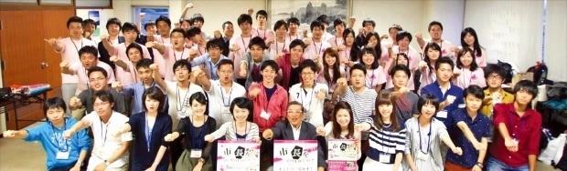 후쿠이현 사바에시가 2008년 일본 전역의 대학생을 대상으로 주최한 지역활성화 아이디어 콘테스트 '시장(市長)이 돼보지 않겠습니까?'에서 서류심사와 면접을 통해 '시장'으로 뽑힌 학생들. 이들은 사바에에서 합숙하며 다양한 도시 활성화 정책 아이디어를 내놨다. 황소자리 제공