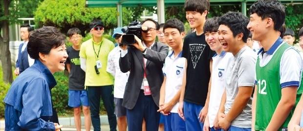 박근혜 대통령이 18일 인천 주안동에 있는 인천기계공업고등학교를 방문해 밝은 표정으로 학생들과 얘기하고 있다. 강은구 기자 egkang@hankyung.com