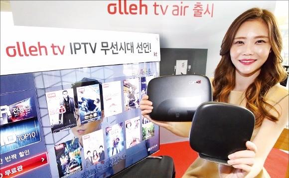 KT는 IPTV 셋톱박스와 인터넷 모뎀을 무선으로 연결하는 '올레tv 에어' 단말기를 18일 선보였다. IPTV를 보기 위해 거실과 안방 등으로 복잡한 인터넷 케이블을 끌어오는 불편을 줄일 수 있다. KT 제공