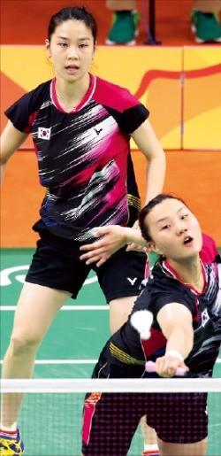 정경은(왼쪽)-신승찬 조가 18일 배드민턴 여자복식 동메달 결정전에서 분전하고 있다. 연합뉴스