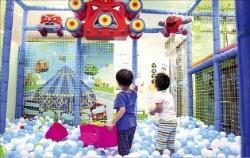 한 키즈카페에서 공놀이하고 있는 아이들.